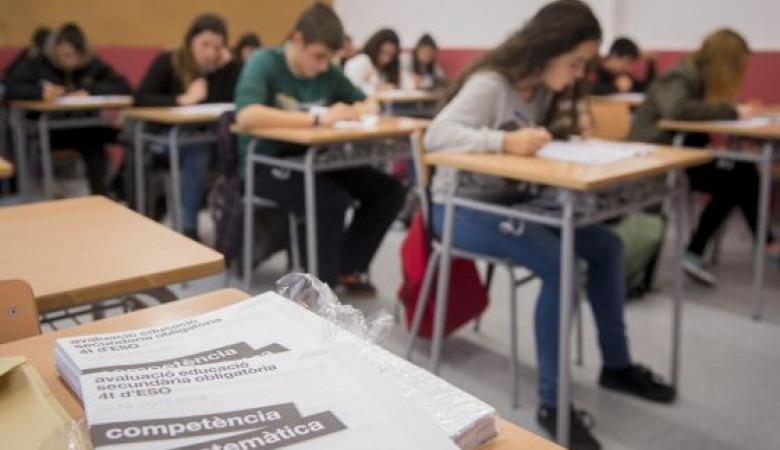 Niños de la ESO estudiando