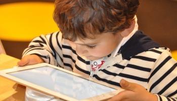 Niño con tablet