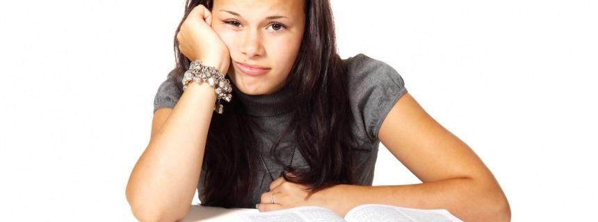 Niña con muchos deberes