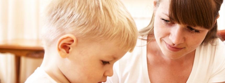 Madre enseñando a su hijo