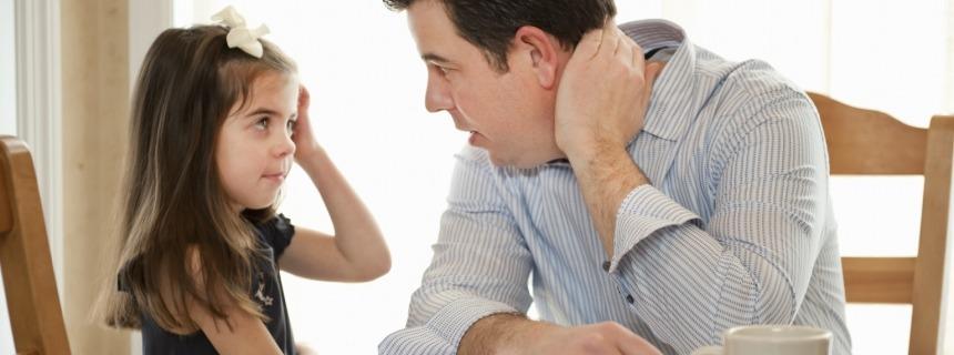 Padre e hija hablando