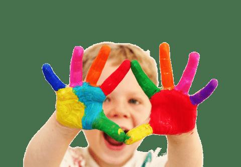 Niño con las manos pintadas jugando