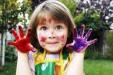 Niña con pintura de manos